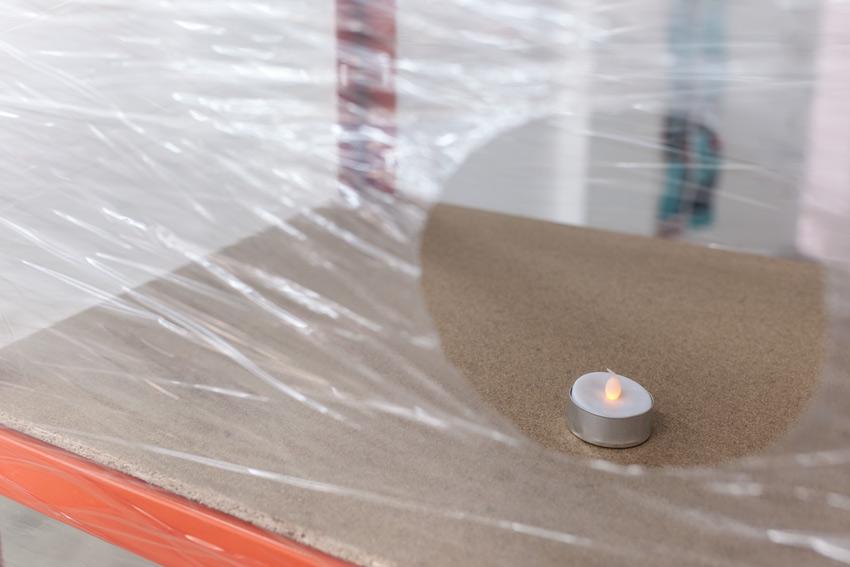 Raphael Linsi, Raum, 2014, Schwerlastregal, Stretchfolie, LED-Teelicht (zufällig zertreten)