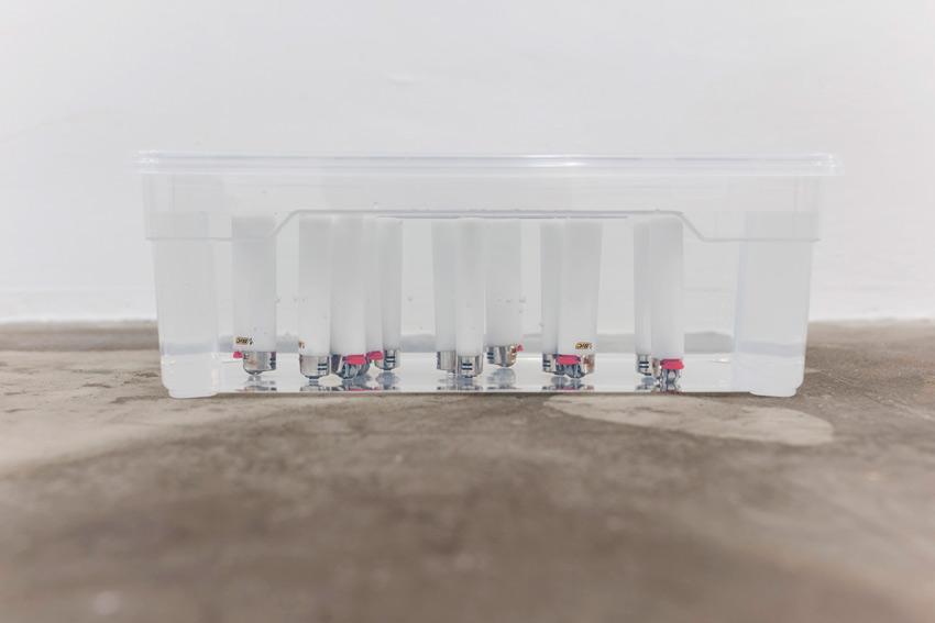 Raphael Linsi, Distanz (BIC maxi)*, 2014, Feuerzeuge, Aufbewahrungsbox, Wasser  *Alle erhältlichen weißen BIC maxi Feuerzeuge, gekauft am 12. März 2014 zwischen 18.06h und 18.37h auf dem Weg von der Arbeit nach Hause.