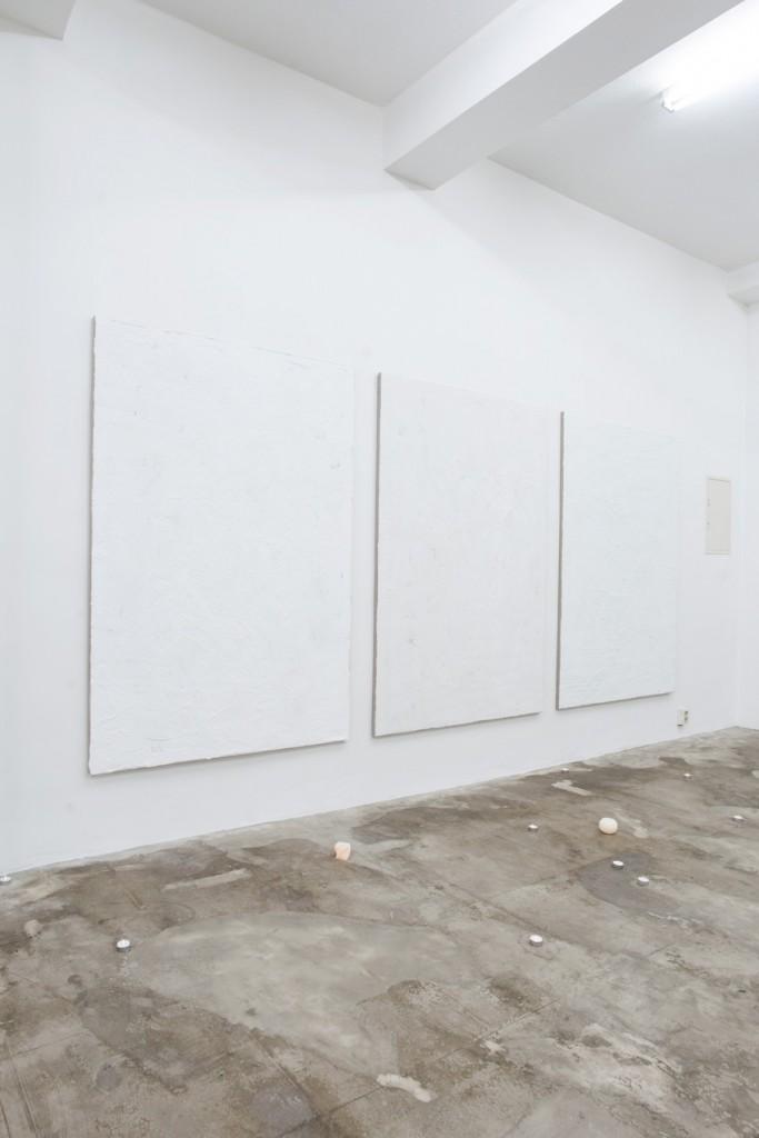 Raphael Linsi, Stimmung, 2014, Waschpulver und Spachtelmasse auf Leinwand, LED-Teelichter, LED-Kerzen
