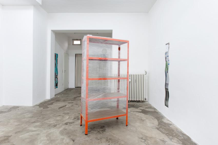 Raphael Linsi, Raum 2014, Schwerlastregal, Strechtfolie, LED-Teelicht (zufällig zertreten)