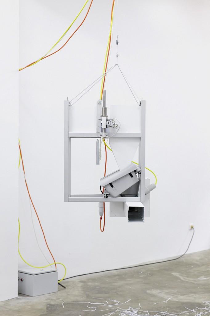 Andreas Zybach, Ohne Titel (Bitte liegen lassen), 2010, Laser-Print-Papier, Schreddermechanik, Aluminium, Elektromotoren, Elektronische Steuerung